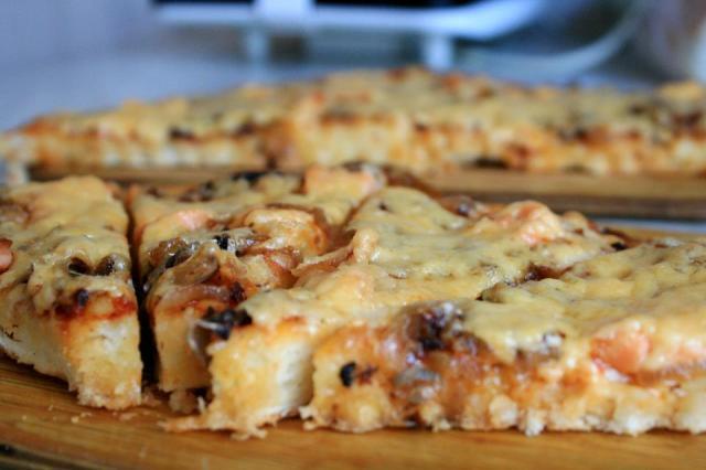 Қызыл балық пен грибы қосылған пицца